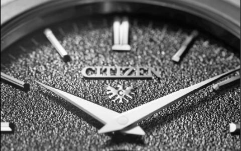 【消费快递】CITIZEN挑战高阶机械錶 精準升级─电铸沙地图纹 多切面錶壳设计 打造细腻质感